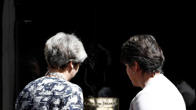 Premierministerin Theresa May und DUP-Chefin Arlene Foster im Juni 2017 vor Downing St 10. Beide stehen mit dem Rücken zum Fotografen.