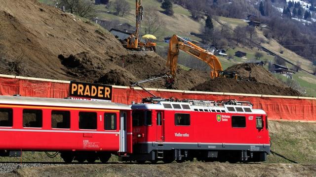 Ein Zug der Rhätischen Bahn passiert Küblis.