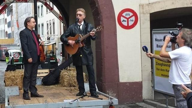Florian Schneider mit Gitarre auf einem Anhänger mit Strohballen im Tröli Liestal.