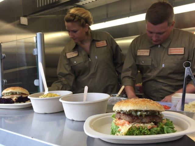 Hamburger im Imbisstand am Flughafen