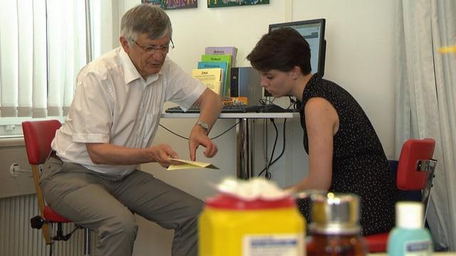 Tropenmediziner bespricht sich mit einer Patientin.