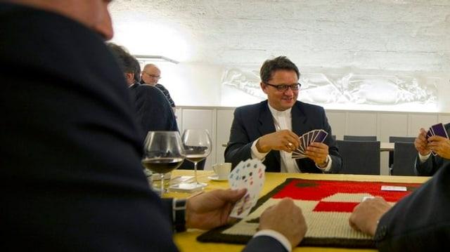 Felix Gmür mit Jasskarten in der Hand.