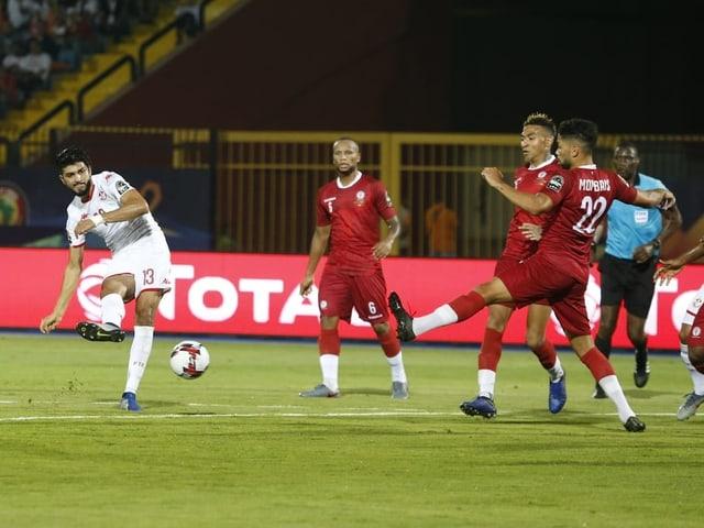 Tunesiens Ferjani Sassi (links) trifft zum 1:0.