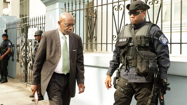 Jack Warner verlässt das Gericht in Port of Spain.