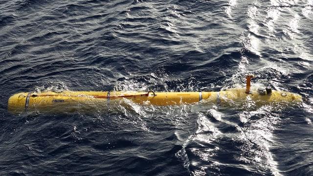 Ein gelbes U-Boot an der Wasseroberfläche.