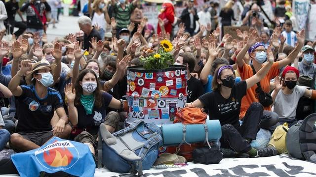 Klimaaktivisten demonstrieren auf dem Bundesplatz.