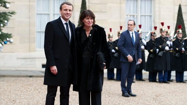 Purtret da Macron e Leuthard sin il teppi costschen.