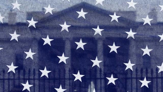 Weisses Haus hinter der US-Flagge.