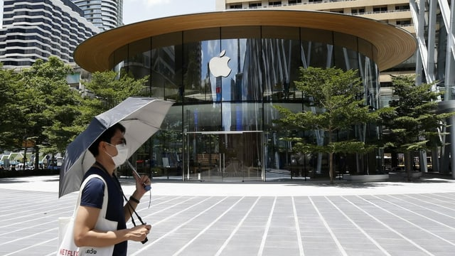 Ein Mann läuft vor einem Apple-Store in Thailand durch