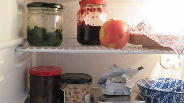 Kühlschrank, viele Gläser
