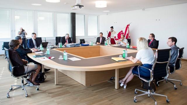 Stadtrat von Winterthur sitzt anlässlich der Einweihung des neuen Sitzungszimmers rund um den Sitzungstisch