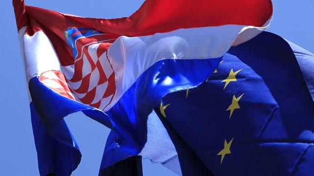 Las bandieras da la Corazia e l'Uniun europeica.