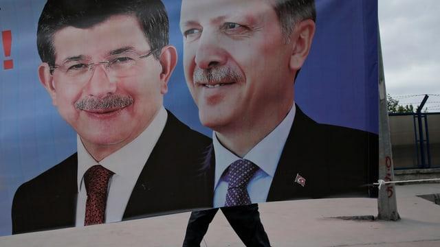 Porträts von Davutoglu (l.) und Erdogan auf einem Plakat.
