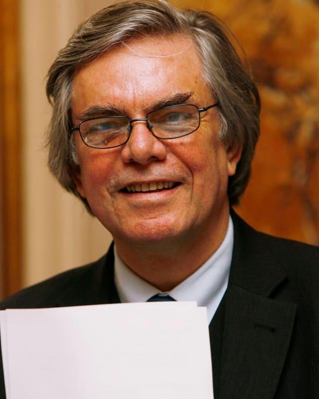 Elmar Weingarten, Intendant der Zürcher Tonhalle, hält den Geschäftsbericht in den Händen