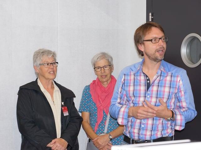 Moderator mit zwei Besucherinnen im Studio