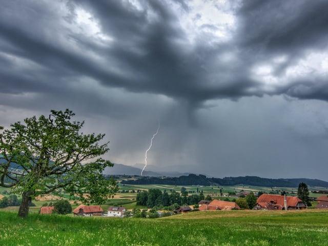 Gewitterwolken mit Blitz.