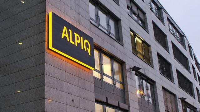 Logo von Alpiq an einem Gebäude.