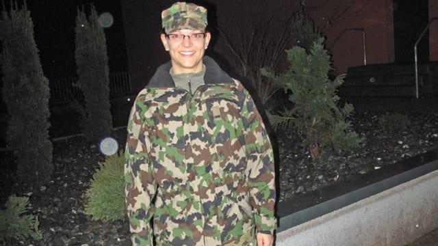 Frau in Militäruniform