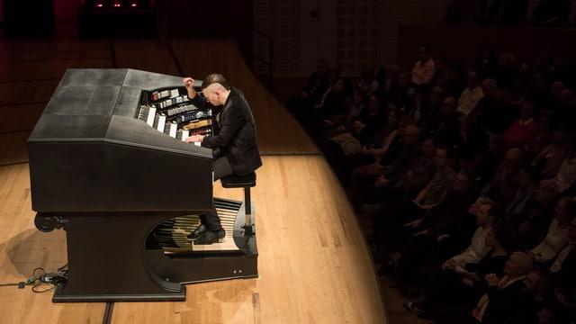 Organist auf der Bühne