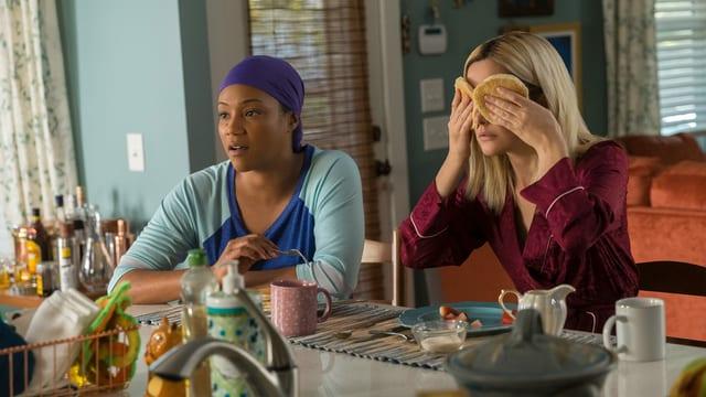Mia (Tiffany Haddish, links) und Mel (Rose Byrne) teilen nicht nur die Firma, sondern auch die Wohnung.