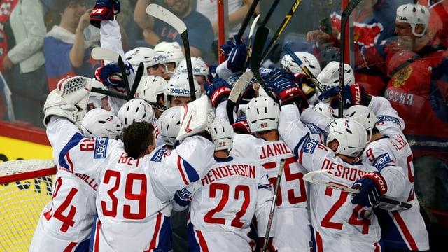 Die französischen Spieler feiern ihren Überraschungs-Coup.