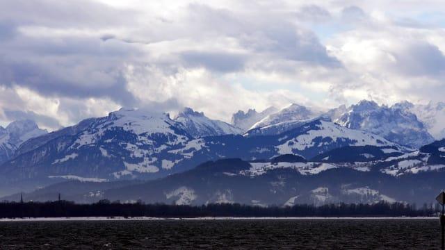 Sicht auf die Berge, dunkle Wolken, Bodensee.