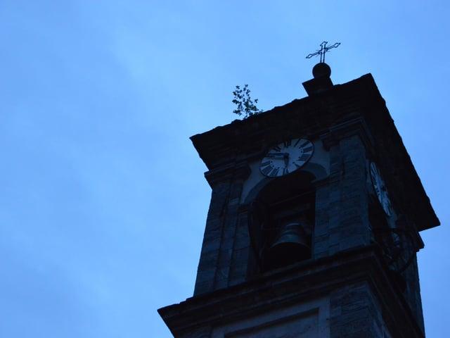 Kirchenturm im schwachen Morgenlicht; es ist zehn vor sechs.