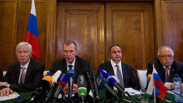 Die russische OPCW-Delegation an einer Pressekonferenz