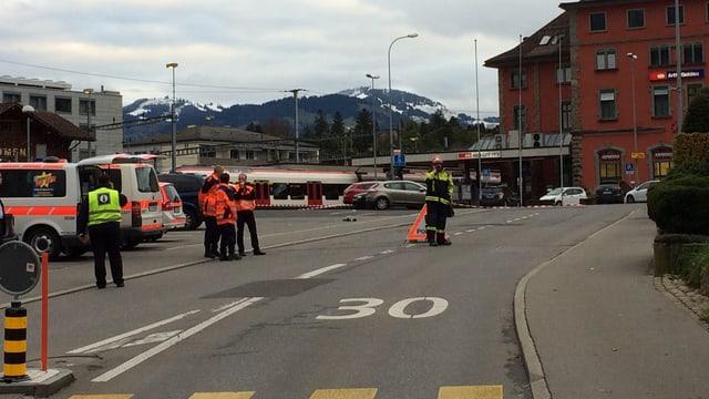 Nach dem Gasaustritt aus einem Güterzug sind Einsatzkräfte der Polizei beim Bahnhof Arth-Goldau im Einsatz.