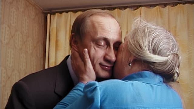 Ein Still aus dem Film, es zeigt wie Putin auf die Wange geküsst wird.
