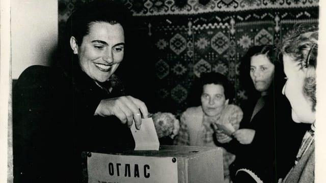 Jovanka Broz, Titos Frau, gibt 1945 ihre Stimme ab.