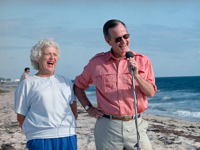 Barbara Bush mit ihrem Mann George am Strand.