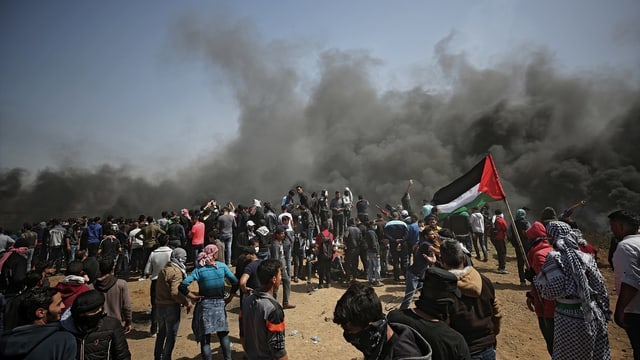 Palestinais che protestan e fim nair davostiers.