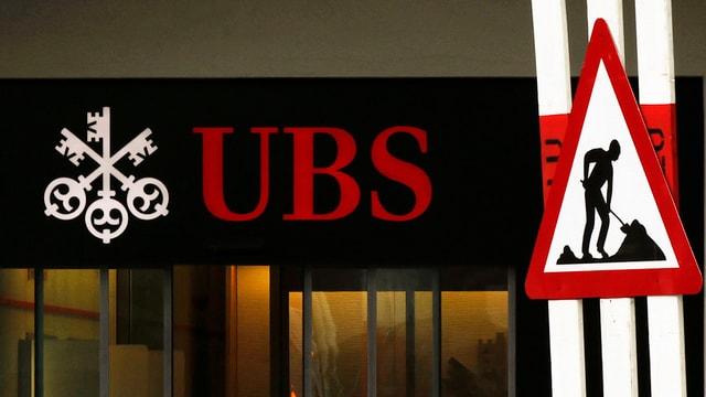Warnung vor Bauarbeiten vor einer UBS-Filiale.