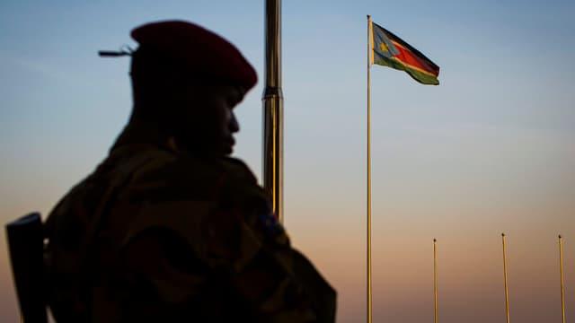 Soldat der südsudanesischen Armee steht Wache