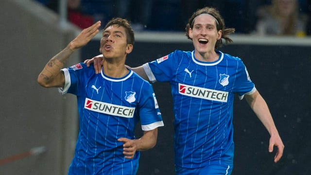 Roberto Firmino (l.) feiert seinen zweiten Treffer mit Sebastian Rudy.