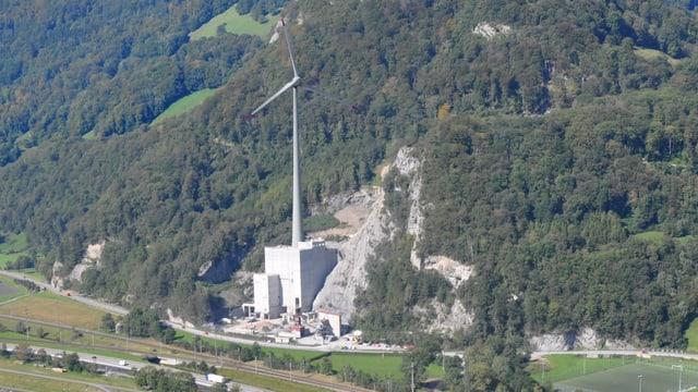Bildmontage: Die geplante Windturbine im Steinbruch