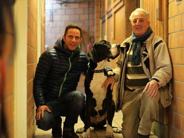 Adrian Küpfer und Ernest Schweizer posieren mit Klausi.