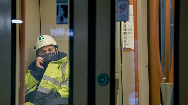 Mann mit Maske in U-Bahn von Brüssel