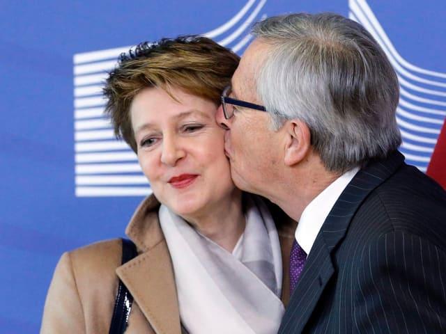 Jean-Claude Juncker küsst Simonetta Sommaruga auf die Wange.