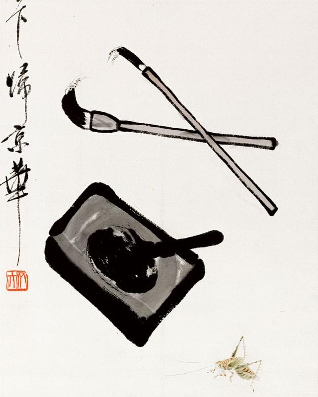 Ausschnitt einer chinesische Kalligrafie mit Schriftzeichen, Pinseln und Tuschestein.