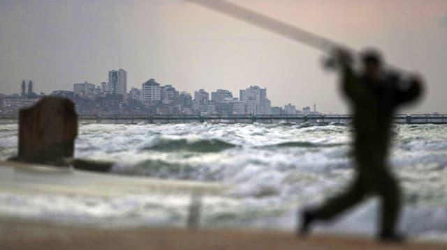 Ein Fischer fischt am Strand von Gaza-Stadt. (reuters)