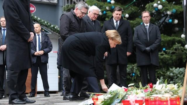 Angela Merkel ed ulteriurs politichers avant in lieu da regurdientscha.