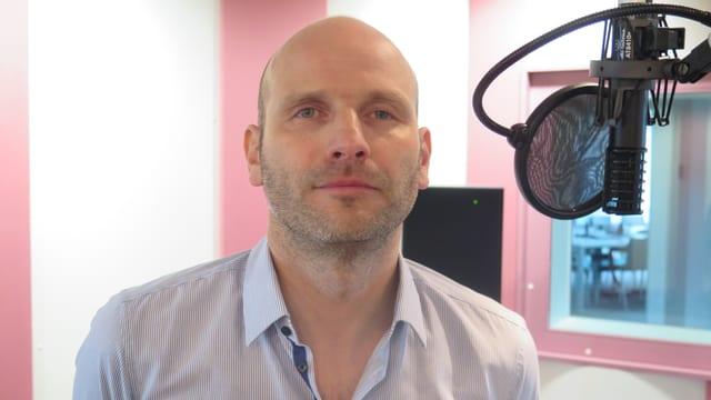 Daniel Bühlmann im Studio von Radio SRF