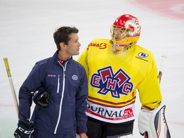 Biel-Goalie Jonas Hiller im Gespräch mit Goalie-Trainer Marco Streit.