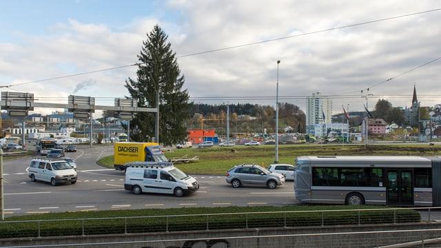 Seetalplatz mit Bussen und Autos.