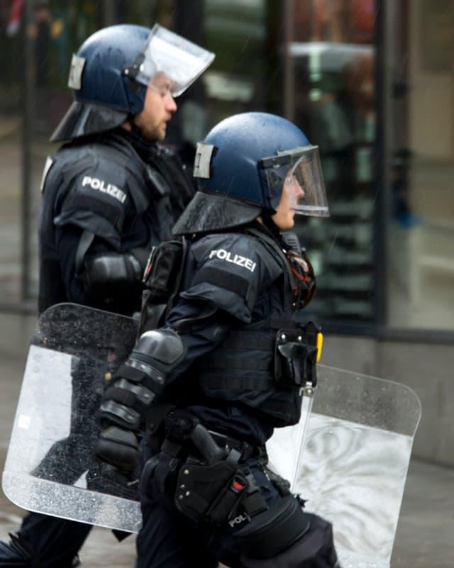 La polizia en acziun a Basilea durant il til da l'emprim da matg.