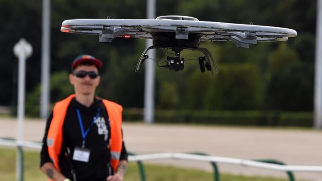 Um che manevrescha ina drona