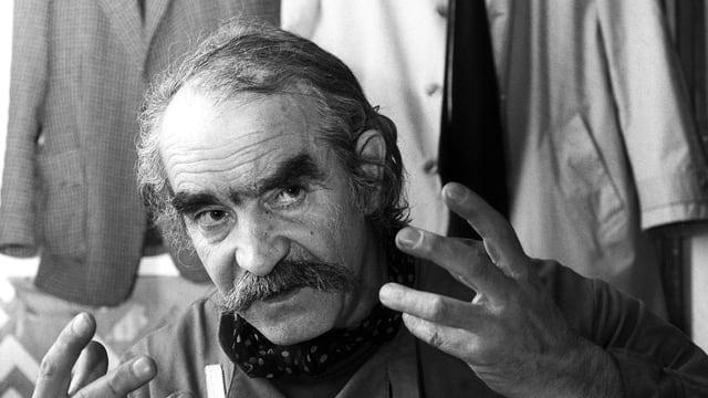 Porträt von Jean Tinguely mit gestikulierenden Händen.