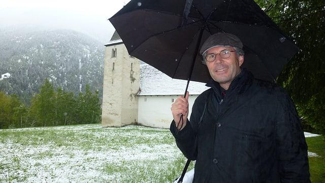 Ulrich Gohl, il dirigent dal chor da giuvenils da Turitg, davant la chaplutta da S. Gada.